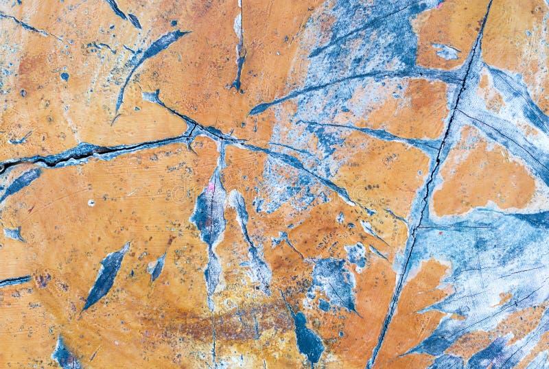 Träblått ytbehandlar gul målarfärgskalning och gammal yttersida för kanstött grungebakgrund arkivfoton