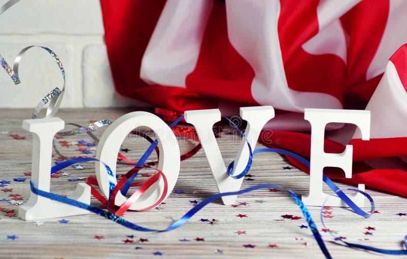 Träbokstäver läggas ut i ordförälskelsen, Juli 4, den lyckliga självständighetsdagen, patriotism, minnet av veteran, begreppet royaltyfri fotografi