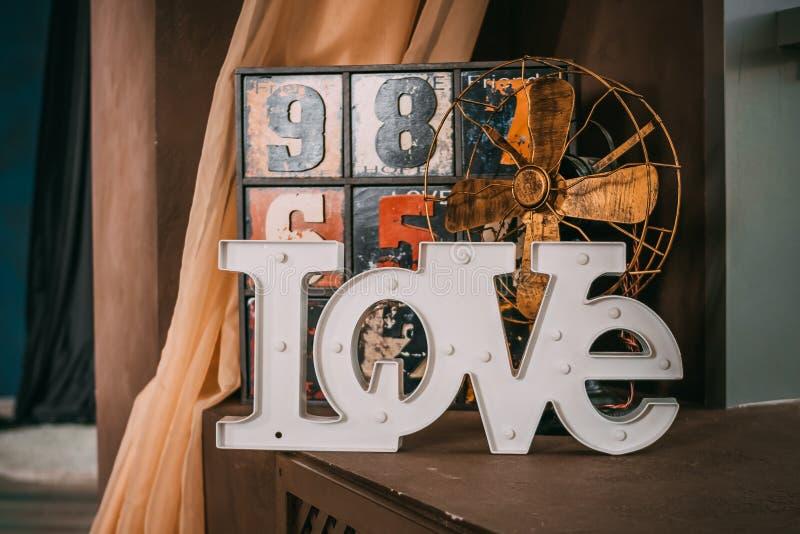 Träbokstäver som bildar ordet, ÄLSKAR skriftligt på träbakgrund St Dag för valentin` s gammal rolig dekorativ skänk med royaltyfri bild