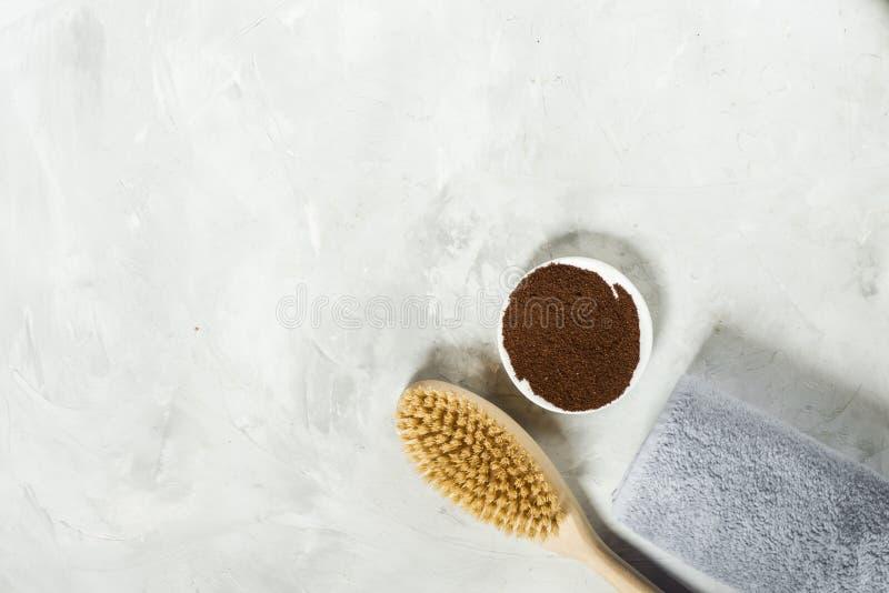 Träborste för torr massage och jordkaffe med en handduk ovanf?r sikt fotografering för bildbyråer