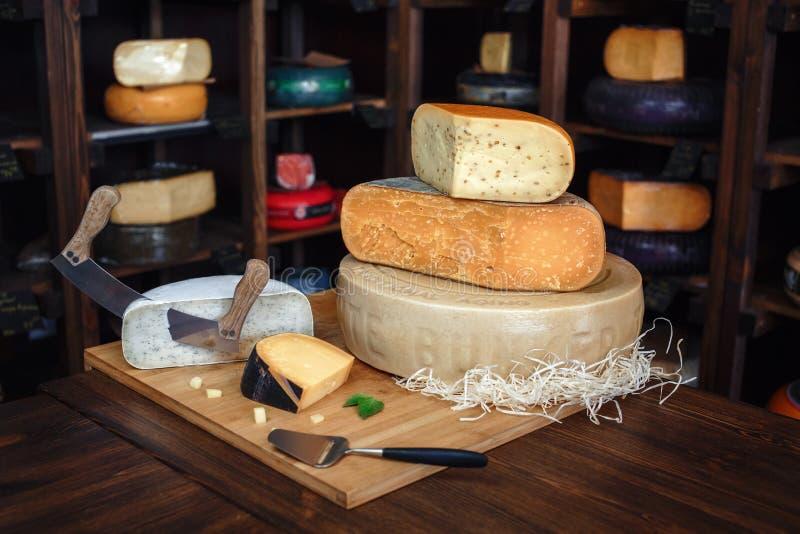 Träbräde med olika sorter av läcker ost på tabellen royaltyfri foto
