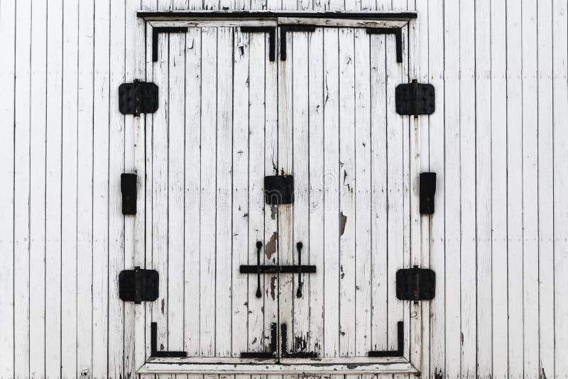 Träbräden målade i vit r Järnväg vagn metalldörrför träfrakter Textur av träbakgrundscarriaen royaltyfri bild