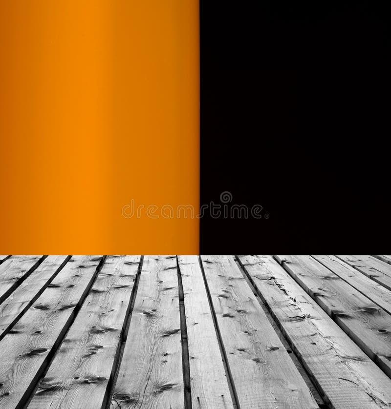 Träbräden och svart bakgrund för apelsin royaltyfria bilder
