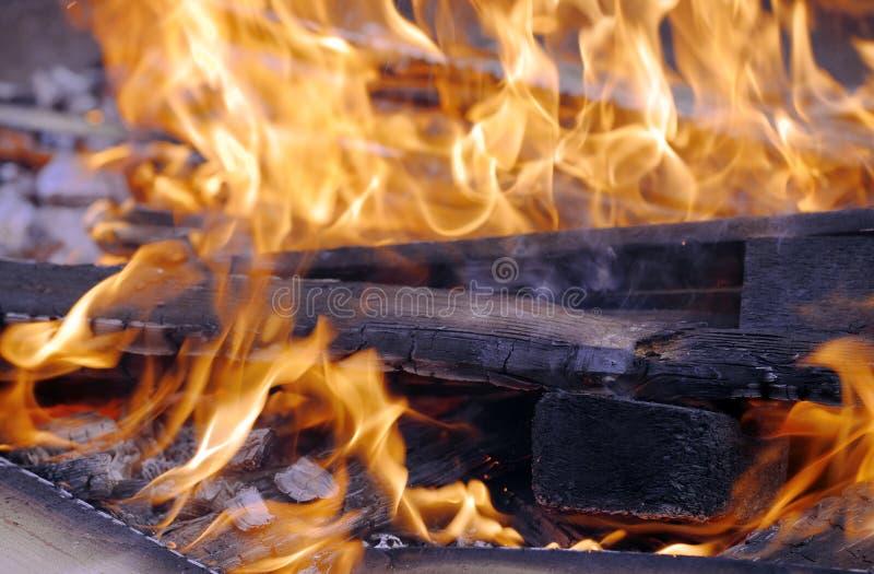 Träbränning i en stor järnfyrpanna arkivfoton
