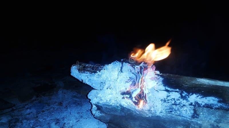 träbränning i spillror arkivfoton