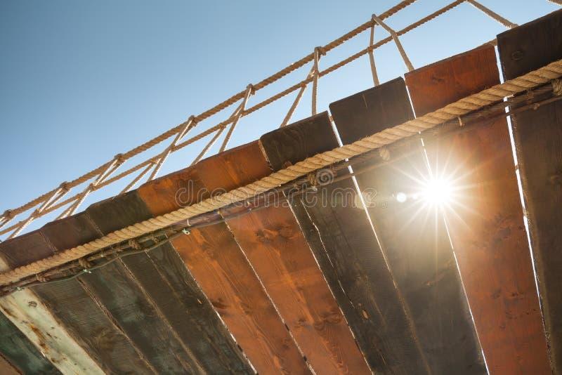 Träbro för gammal upphängning med linsglöd royaltyfria foton