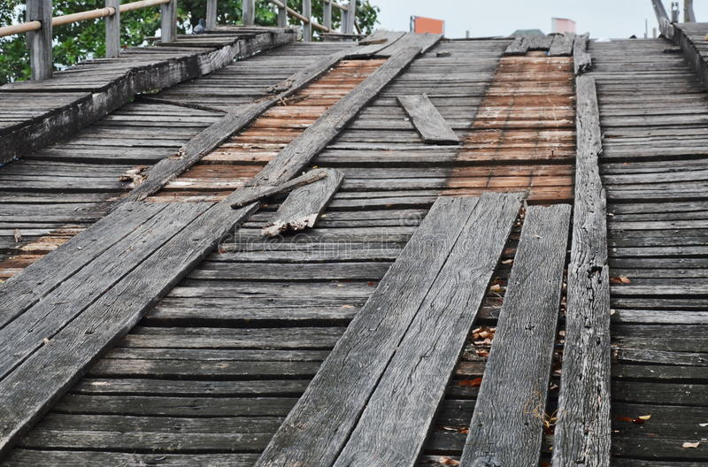 Träbro för stängd gammal skada över kanalen royaltyfri bild