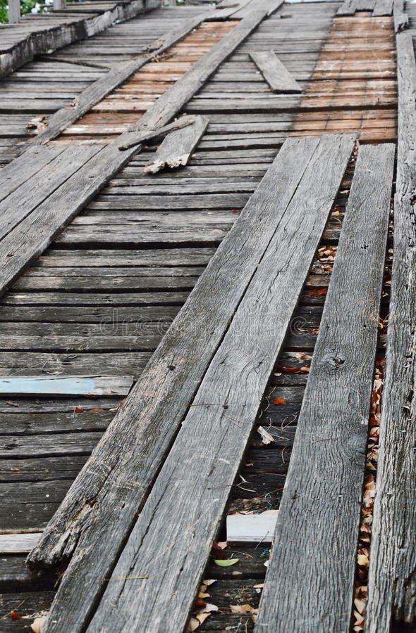 Träbro för stängd gammal skada över kanalen arkivbilder