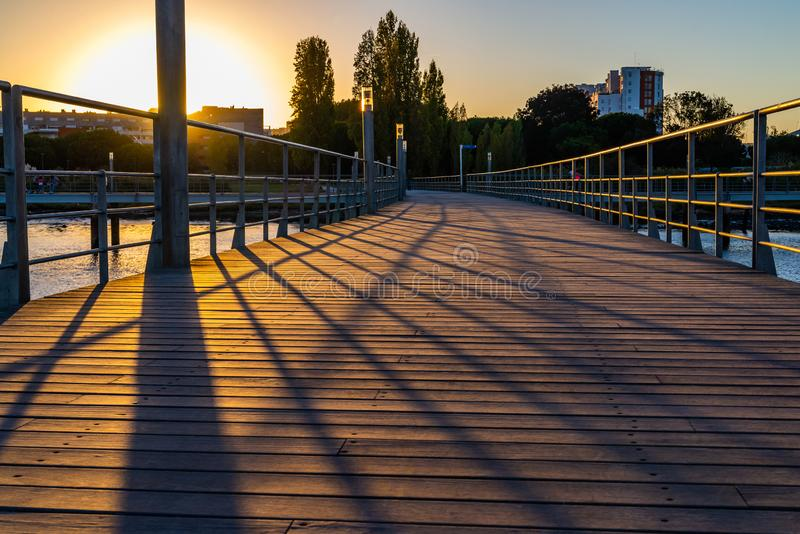 Träbro, gångbanapir nära floden fotografering för bildbyråer
