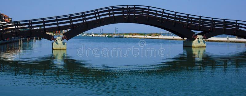Träbro i den Lefkada staden Grekland arkivbilder