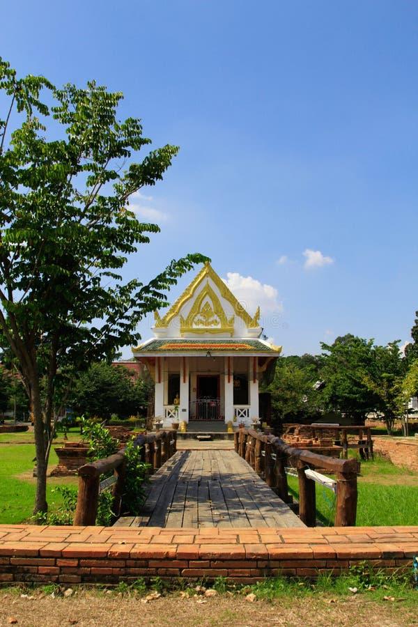 Träbro i den thailändska templet, den berömda templet Wat Chulamanee från Phitsanulok, Thailand royaltyfri bild