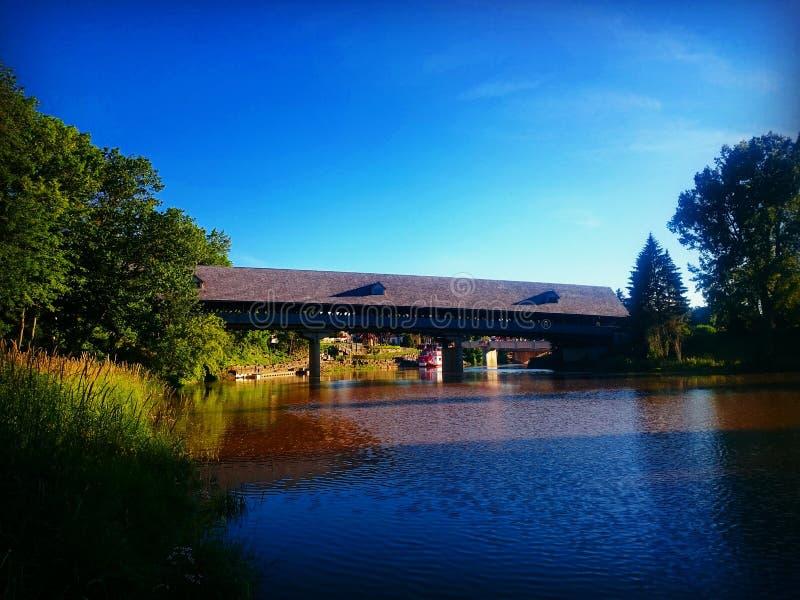 Träbro i Frankenmuth, MI fotografering för bildbyråer
