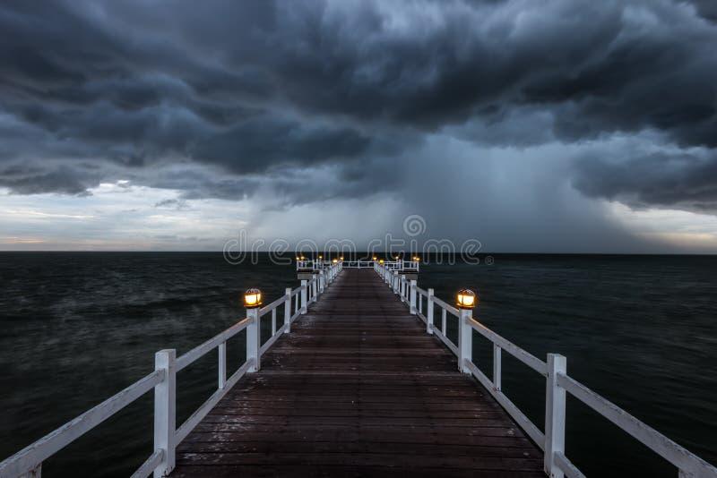 Träbro in i havet royaltyfri fotografi