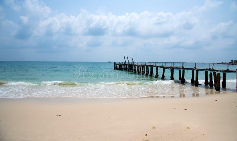 Träbro in i havet på den Samed ön royaltyfri fotografi