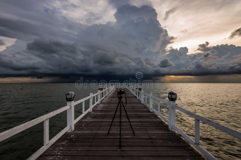 Träbro in i havet Thailand royaltyfri bild