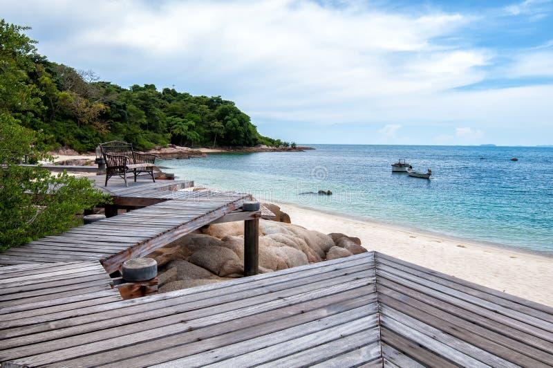 Träbro in i havet Thailand fotografering för bildbyråer