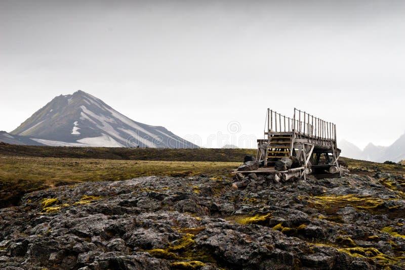 Träbro i landskap längs att fotvandra slingan royaltyfri foto