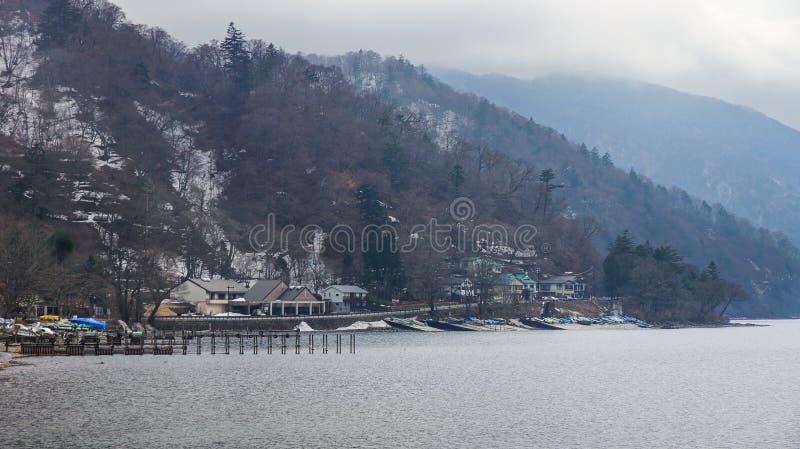 Träbro i sjön Chuzenji, Nikko nationalpark i vinter, J royaltyfri bild