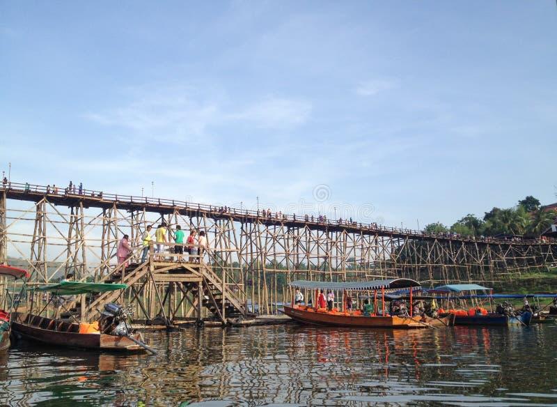Träbro och fartyg i flodstrandhamn arkivfoton