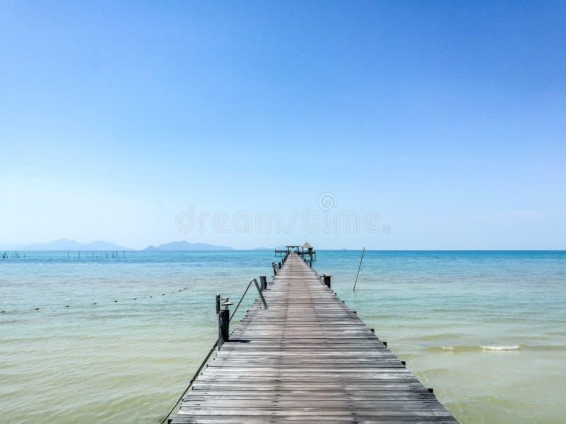 Träbro på havet i Thailand royaltyfria foton