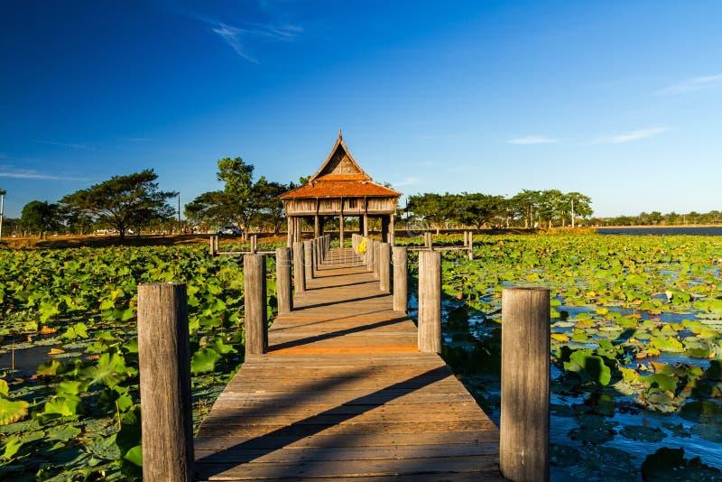 Träbro på thailändsk trätempelarkitektur på Park NongKhu i det UbonRatchathani landskapet, Thailand arkivfoto