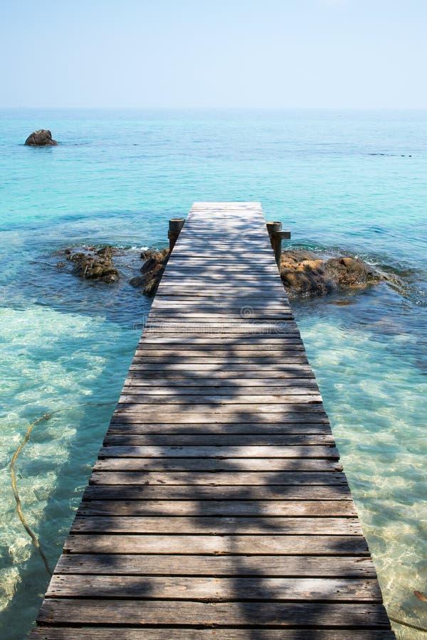 Träbro till havet arkivbilder