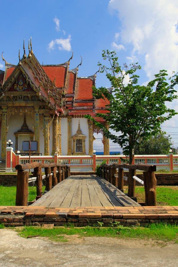 Träbron i den thailändska templet, Wat Chulamanee är en buddistisk tempel som det är en viktig turist- dragning i Phitsanulok, Th royaltyfria bilder