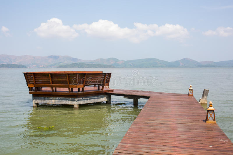 Träbron som landar till paviljongen i havet fotografering för bildbyråer