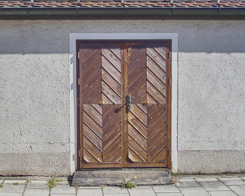 Träbrun dörr, Munchen, Tyskland royaltyfri bild