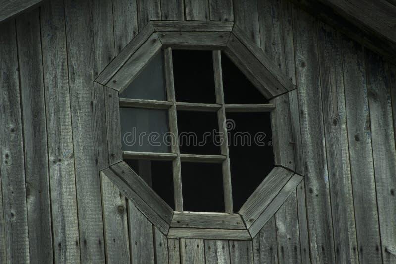 Träbrutet fönster för gammal tappning royaltyfria bilder