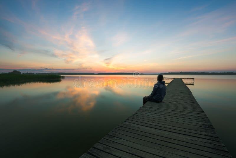Träbrygga på sjön arkivfoto