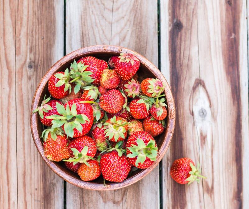 Träbunke mycket av nya jordgubbar royaltyfria bilder