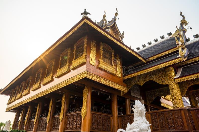Träbyggnad för härlig Lanna stil på en solig dag med solstrålen på en buddistisk tempel i Thailand arkivfoto