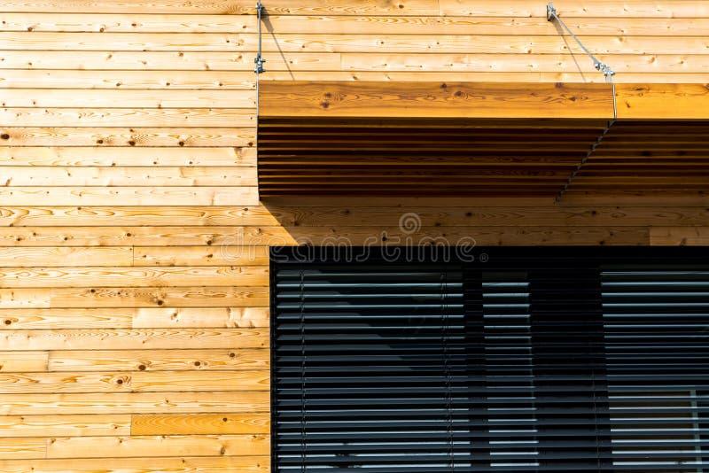 Träbyggnad med modern arkitektur för svart fönster arkivbilder