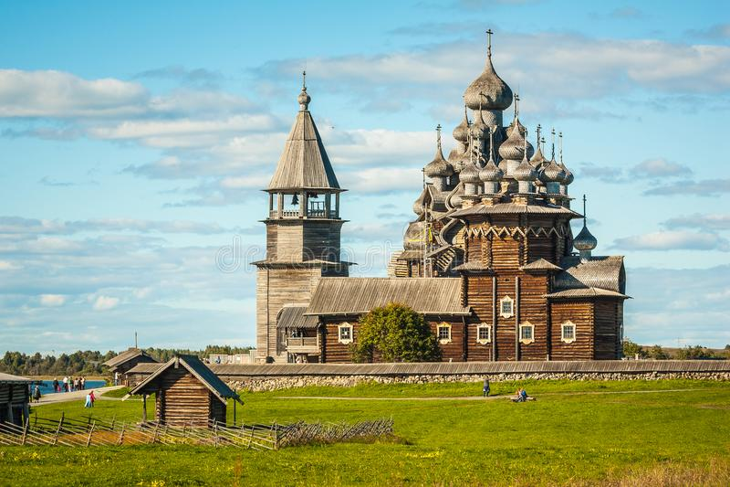 Träbyggnaderna av den forntida ryska arkitekturen på ön Kizhi fotografering för bildbyråer