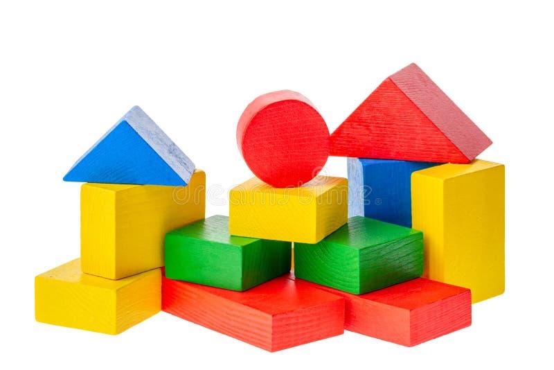 Träbyggnadskvarter för ungar som isoleras på vit bakgrund royaltyfri foto