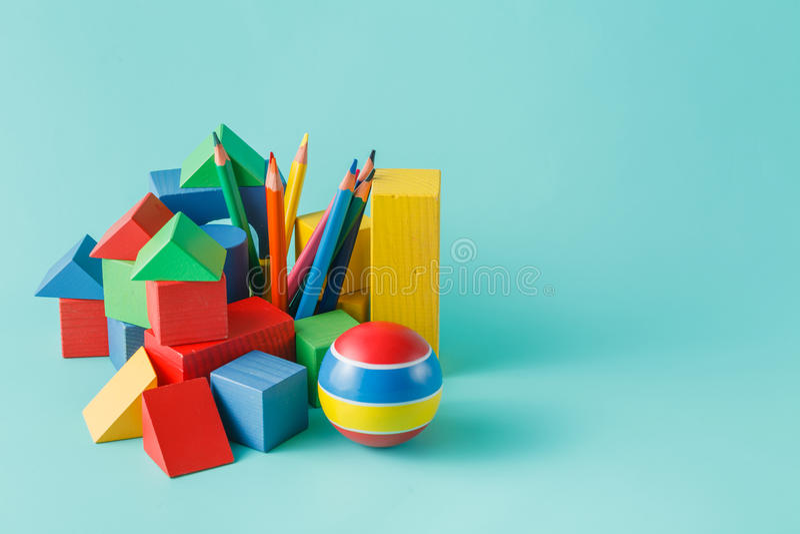 Träbyggnadskvarter och färgade blyertspennor royaltyfri fotografi