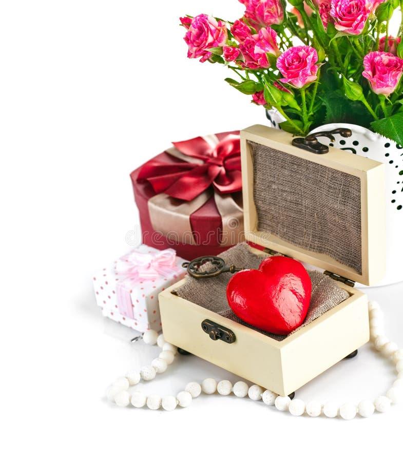 Träcasket för röd hjärta med grupprosor royaltyfri foto