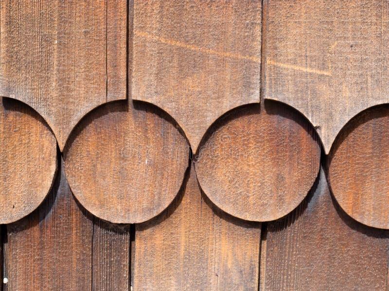 Träcederträ överlappar den utvändiga väggsidingmodellen royaltyfria bilder