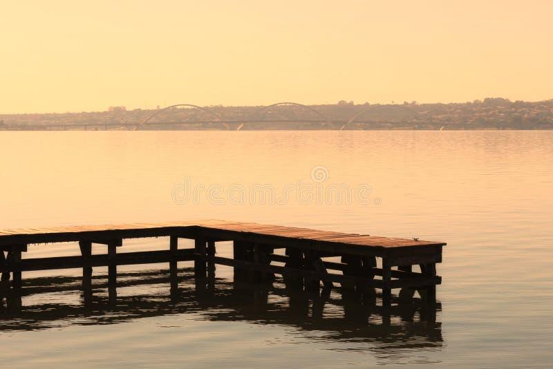 Trädäcket på Paranoa sjön royaltyfri bild