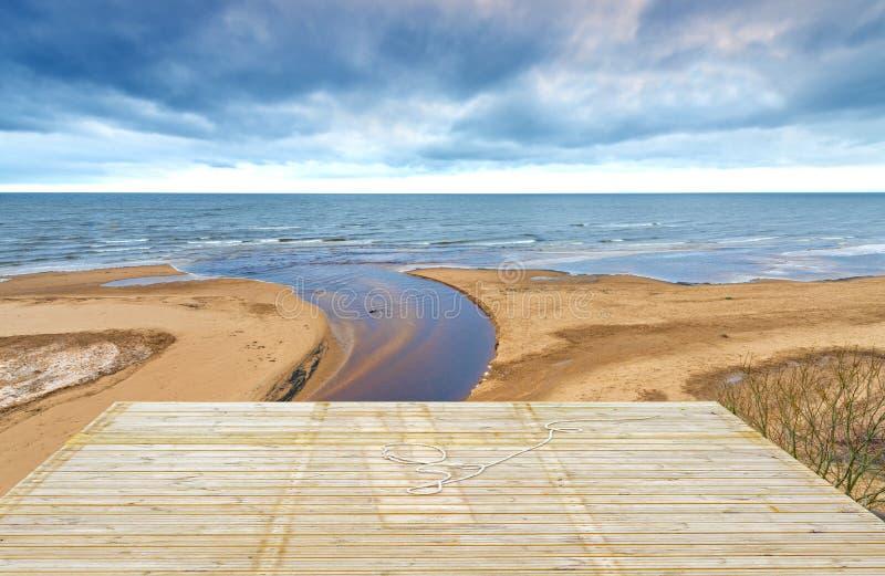 Trädäckgolv över sandstranden av Östersjön, Lettland arkivfoto