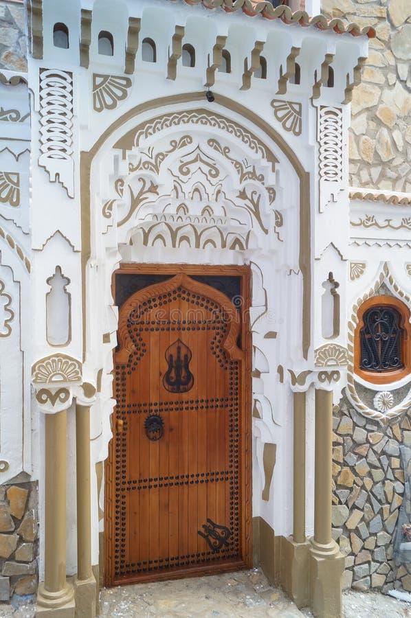 Trädörr av vit av det Marocko huset, port arkivfoto