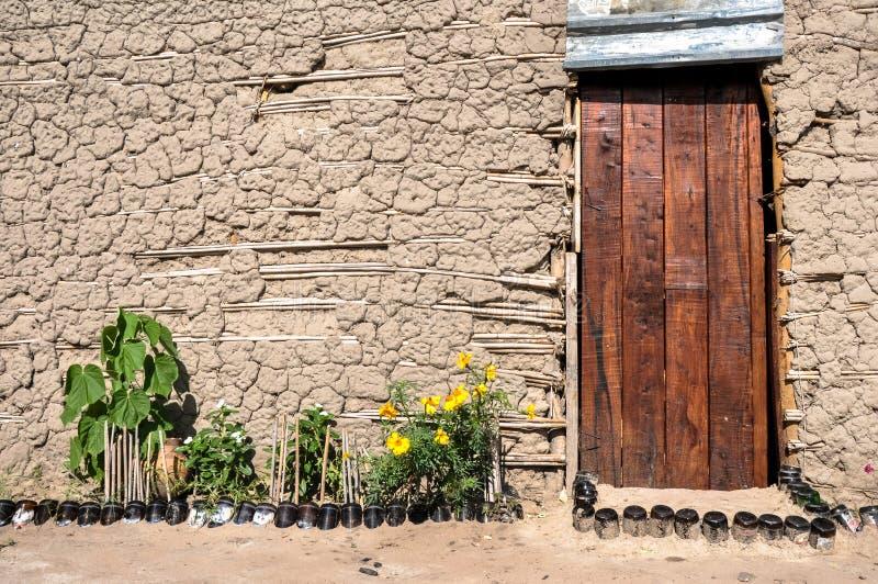 Trädörr, gyttjakoja, Afrika royaltyfri fotografi