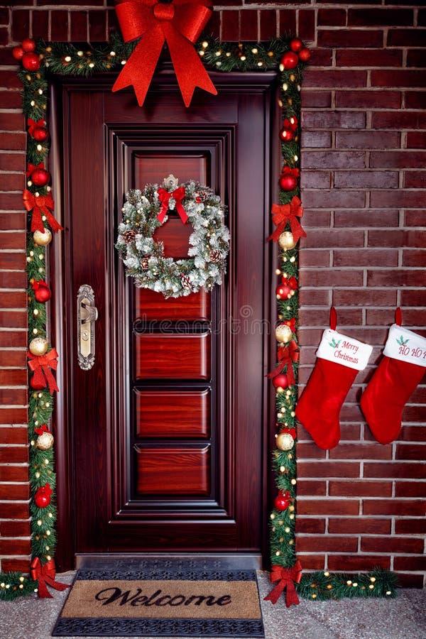 Trädörr med julkransen royaltyfri bild