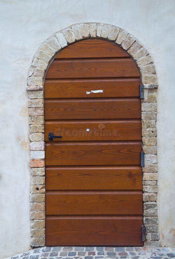 Trädörr. Montefalco. Umbria. Italien. fotografering för bildbyråer