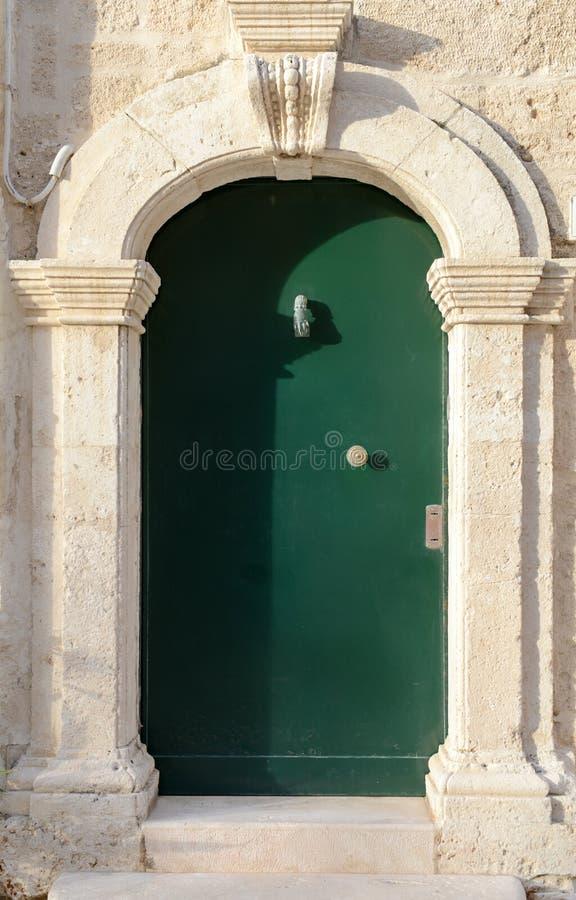 Trädörr på Polignano en sto i Puglia royaltyfri bild
