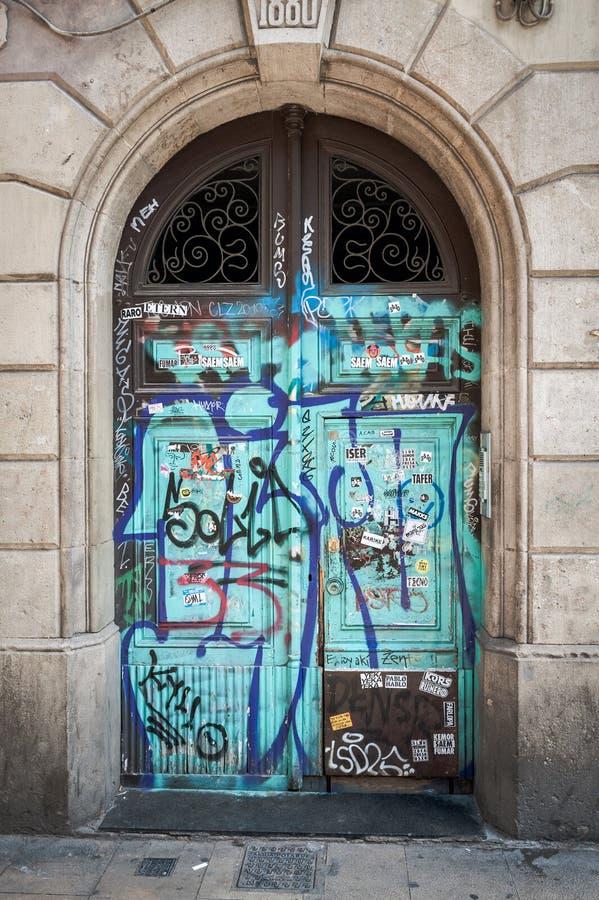 Trädörren målade med grafitti i den Barcelona staden royaltyfri foto