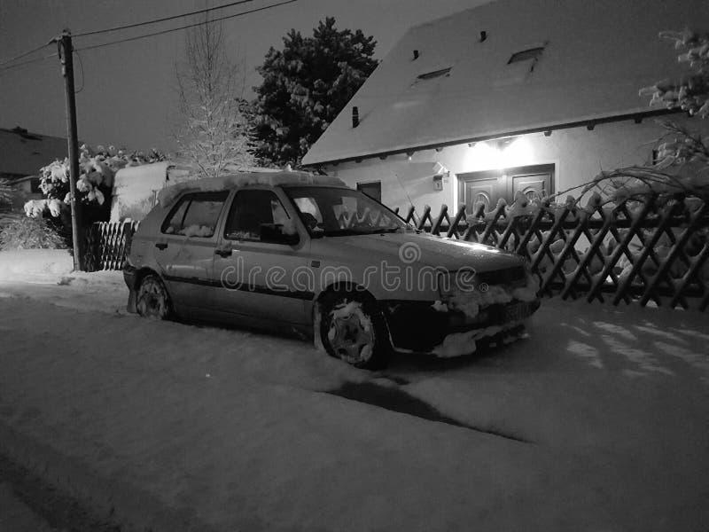 Träd för haus för kallt område för bilsnö royaltyfria bilder
