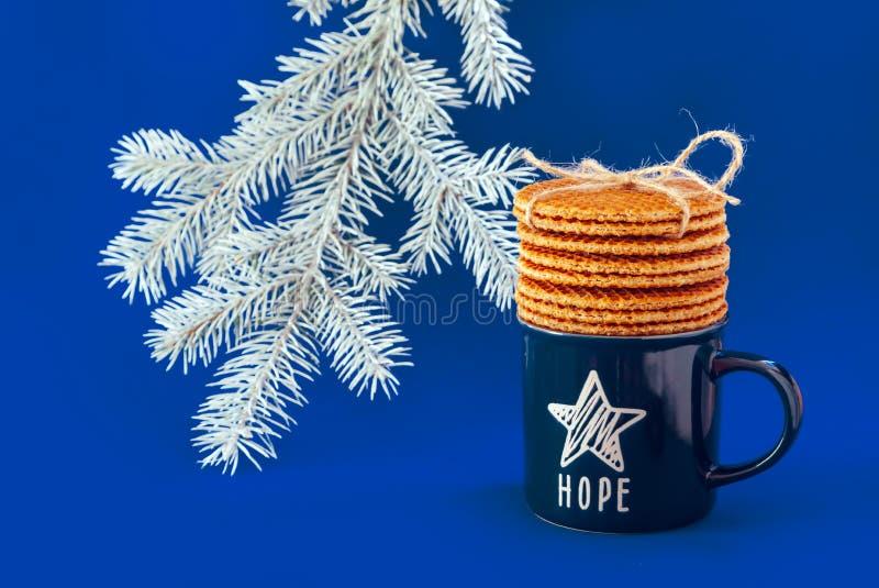 Träd för jul för stjärna för hopp för te för kaffe för kopp för holländska för dillandestroopwafelbakgrund för kakor bakelser för royaltyfri foto