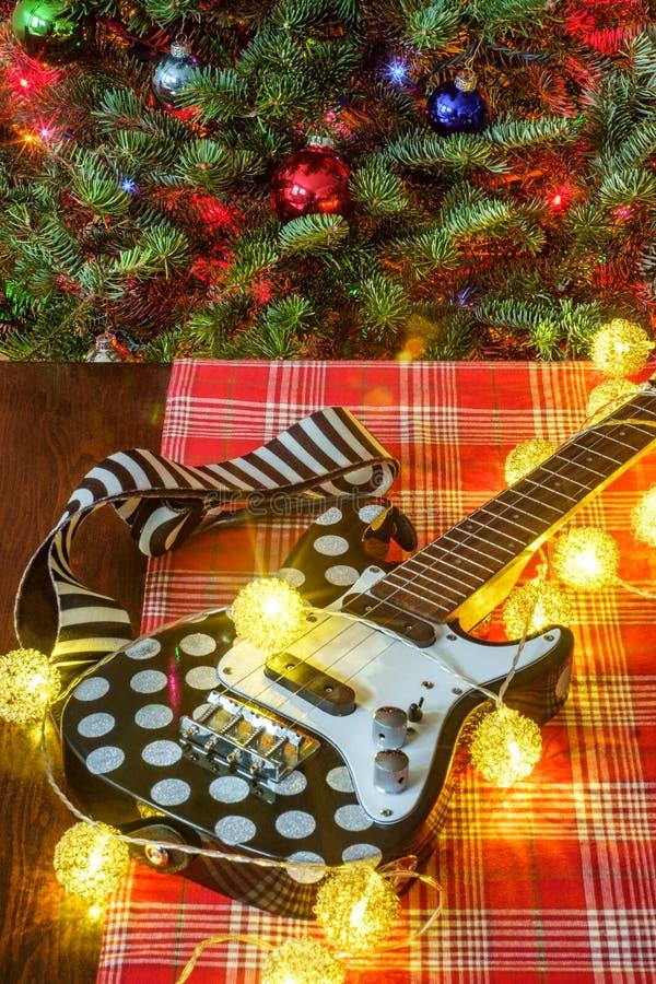 Träd för julmusikukulele royaltyfri foto